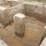 Le sol et le pilier central de la cave du bâtiment principal