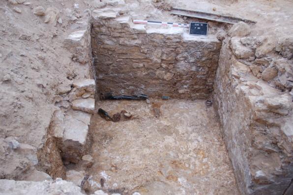 Bouteilles abandonnées au fond de l'abri bétonné ©Pôle archéologique du département de l'Aisne_fouille de Chermizy-Ailles-2015