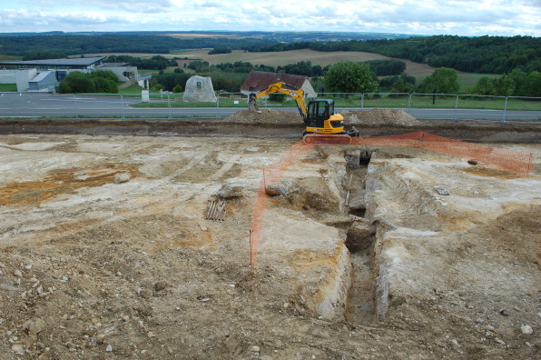 Vue de la galerie d'accès à l'abri bétonné en cours de fouille ©Pôle archéologique du département de l'Aisne_fouille de Chermizy-Ailles-2015