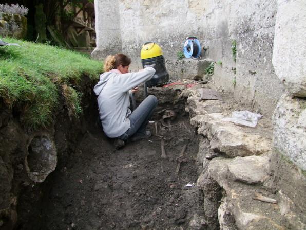 sepulture en cours de fouille©Pole archeologique du département de l'aisne_fouille 2015
