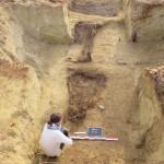 Deux lits de fortune disposés dans un abri©pôle archéologique/CD02