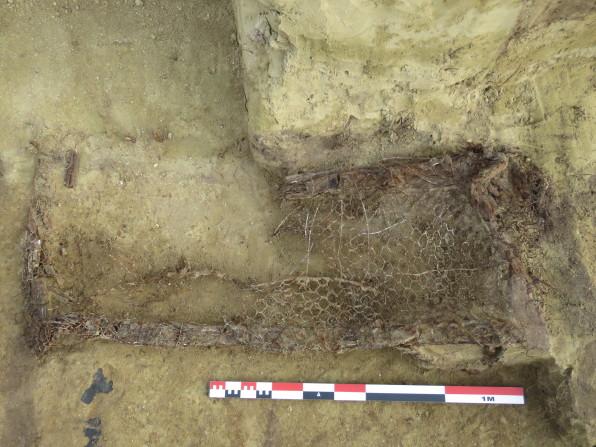 Vue d'un lit de fortune dans un abri enterré©pole archéologique/CD02